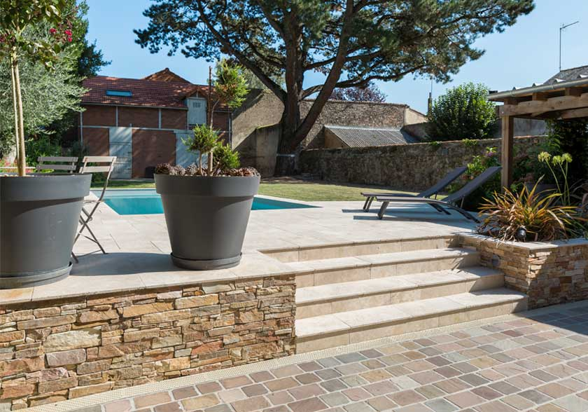 Grès Metissay des Indes, Stonepanel et Travertin Light Mixte CUPA STONE pour un terrasse